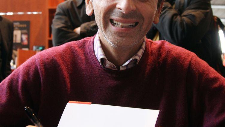 Le chroniqueurEric Zemmour lors d'une séance de dédicaces, le 28 mars 2010, à Paris. (PIERRE VERDY / AFP)