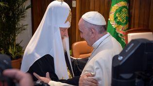 Le patriarche de l'Eglise orthodoxe russe Kirill et le pape François, qui dirige l'Eglise catholique, se sont rencontrés à La Havane (Cuba) vendredi 12 février 2016. (ADALBERTO ROQUE / POOL / AFP)