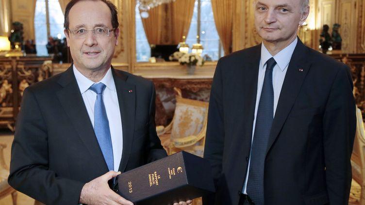 Le président de la République, François Hollande, et le président du Haut conseil aux finances publiques et de la Cour des comptes, Didier Migaud, le 11 février 2013 à l'Elysée. (JACQUES DEMATHON / REUTERS)