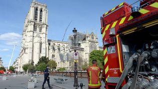 Les pompiers de Paris surveillent Notre-Dame deux jours après l'incendie qui a ravagé la cathédrale, le 17 avril 2019. (MAXPPP)