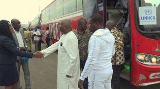 Abidjan a les yeux rivés sur La Haye....La CPI examine une éventuelle remise en liberté de Laurent Gbagbo et de Charles Blé Goudé poursuivis pour crimes contre l'humanité.C'est dans ce contexte que des dizaines d'ivoiriens sont rentrés au pays, dont de nombreux proches de l'ancien président ivoirien.Notre correspondant était sur place. (France 24)