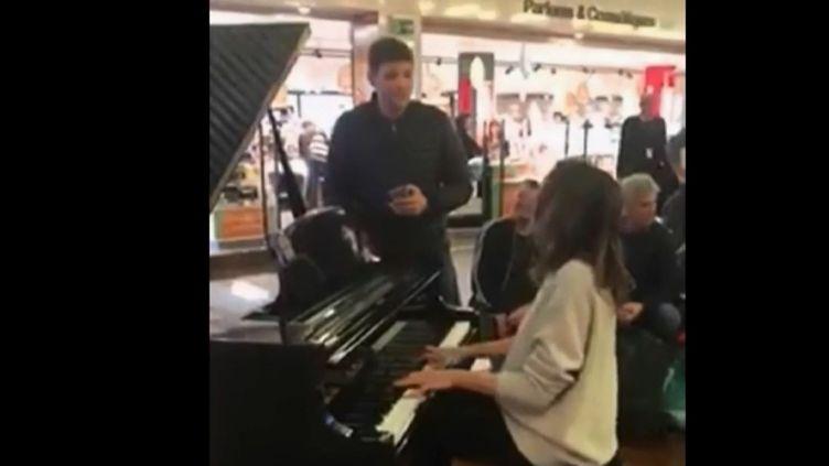"""Image extraite de la vidéo sur laquelle on voit Grégory Benchenafi chanter """"Hallelujah"""", sur la mélodie jouée par Valérie Marie. (FRANCE 2)"""