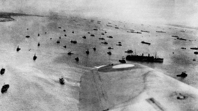 Vue aérienne de la flotte alliée engagée dans l'opération Overlord du débarquement sur les côtes normandes, le 06 juin 1944, durant la seconde guerre mondiale. (STF / AFP)