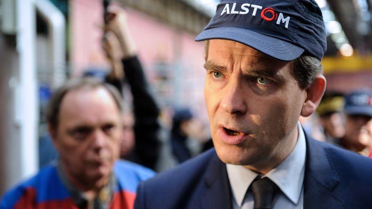 Le ministre de l'Economie, Arnaud Montebourg, dans les locaux d'Alstom, le 22 mars 2013 à Belfort (Territoires de Belfort). (SEBASTIEN BOZON / AFP)