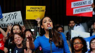 Alexandria Ocasio-Cortez lors d'un discours à Boston (Etats-Unis), le 1er octobre 2018. (BRIAN SNYDER / REUTERS)