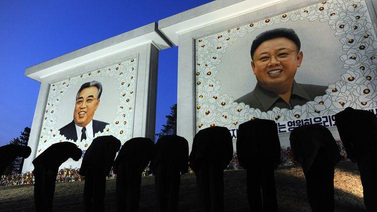 Un portrait géant de Kim Jong-il (droite) trône à côté de celui de son père Kim Il-sung, à Pyongyang (Corée du Nord), le 9 avril 2012. (PEDRO UGARTE / AFP)