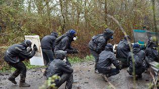 """Les zadistes qui affrontent les forces de l'ordre à Notre-Dame-des-Landes sont parfois soignés par une équipe de bénévoles, les """"medics"""". (LOIC VENANCE / AFP)"""
