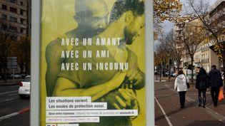 Une des affiches de la campagne gouvernementale de prévention du Sida. (BORIS HORVAT / AFP)
