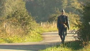 Patrick de Bièvre déguisé en poilu pour rallier Verdun, dans la Meuse. (FRANCE 3)