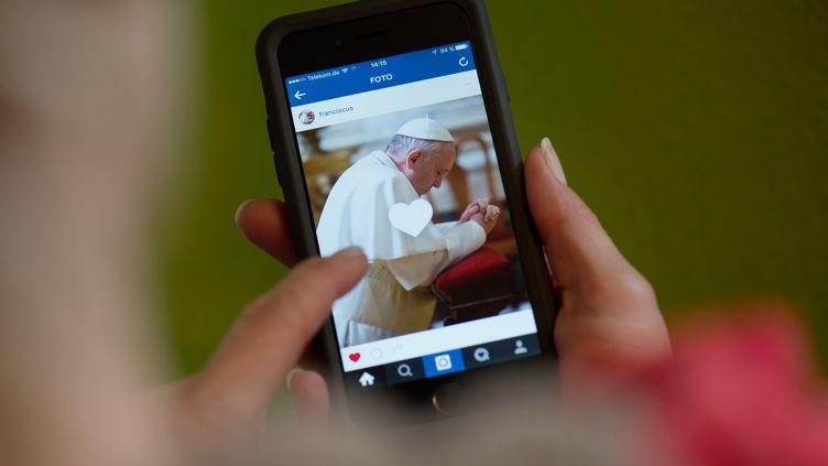 La première photo postée sur Instagram par le pape François, le 19 mars 2016. (ARNO BURGI / DPA)