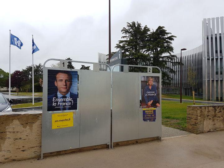 Des panneaux électoraux devant l'hôtel de ville des Herbiers (Vendée), le dimanche 30 avril 2017. (ILAN CARO / FRANCEINFO.FR)