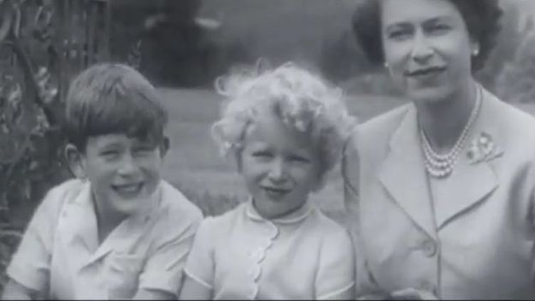 Capture d'écran imaegs BBC LE Prince Charles, enfant à côté de sa mère l reine d'Angleterre (BBC)