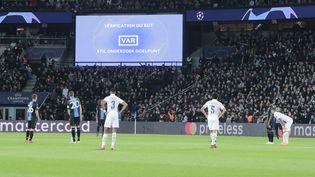 Utilisation de l'arbitrage vidéo, après un but inscrit parMauro Icardilors du match de Ligue des champions, opposant lePSG à Bruges, le 6 novembre 2019, au stade du Parc des Princes à Paris. (STEPHANE ALLAMAN / DPPI / AFP)