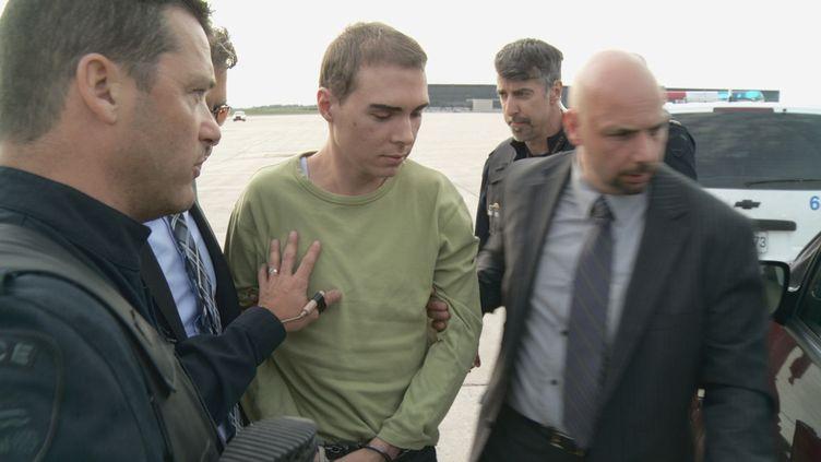 Luka RoccoMagnotta (en vert), accusé du meurtre d'un étudiant, à son arrivée à Montréal (Canada), le 18 juin 2012. (SERVICE DE POLICE DE LA VILLE DE MONTREAL / REUTERS)