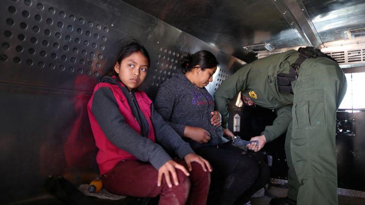 Une mère et sa fille guatémaltèques, dans un véhicule de la police des frontères, à El Paso, au Texas, le 5 mars 2019. (LUCY NICHOLSON / REUTERS)