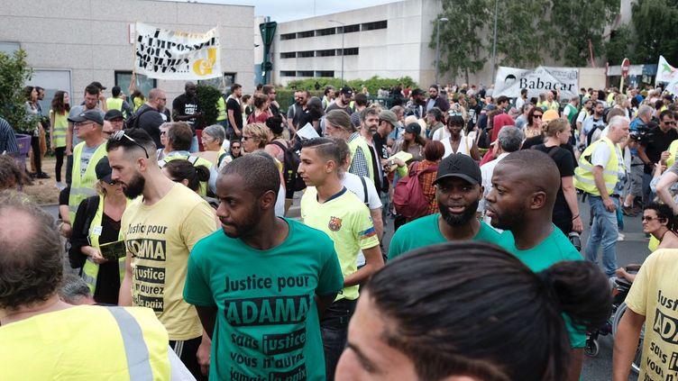 """Trois ans après la mort d'Adama Traoré lors d'une interpellation, ses proches organisent samedi une marche à Beaumont-sur-Oise, espérant faire de cette journée un """"acte historique"""" contre les """"violences policières"""", notamment au côté de """"gilets jaunes"""".  (ARNAUD DUMONTIER / MAXPPP)"""
