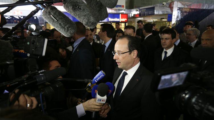 François Hollande lors de sa visite à Roissy (Val-d'Oise), le 18 avril 2013. (KENZO TRIBOUILLARD / AFP)