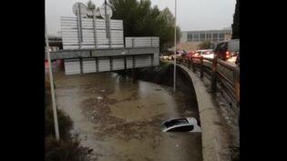 Un automobiliste bloqué par les eaux sous une passerelle d'autoroute à Marseille (Bouches-du-Rhône). (France 2)