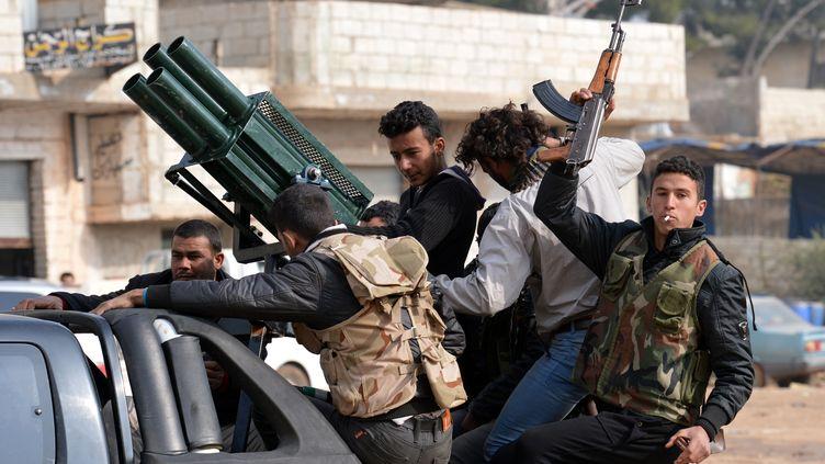 Des combattants rebelles à Kurnaz, dans l'est de la Syrie, le 27 janvier 2013. (AAMIR QURESHI / AFP)