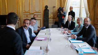 Philippe Martinez (à gauche) fait face à Edouard Philippe et à la ministre des Transports Elizabeth Borne, vendredi 25 mai 2018 à Matignon. (FRANCOIS GUILLOT / AFP)