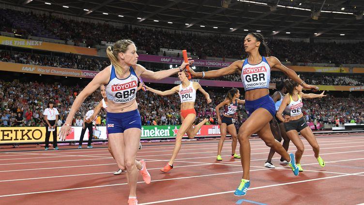 LesBritanniques Laviai Nielsen (à droite) et Eilidh Doyle (à gauche) se passent le relais, lors du championnat du monde d'athlétisme, le 13 août 2017, à Londres (Royaume-Uni). (KIRILL KUDRYAVTSEV / AFP)