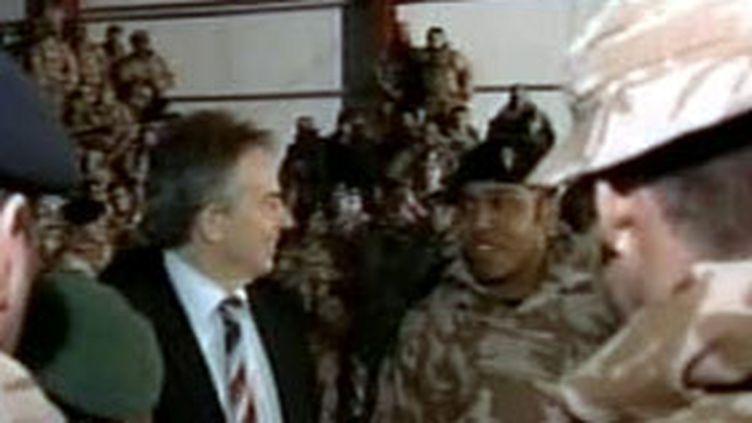 Tony Blair avec des soldats britanniques en Irak (archives, 21 février 2007) (France 2)