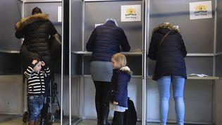Des Néerlandais votent à La Haye (Pays-Bas), à l'occasion des élections législatives, le 15 mars 2017. (EMMANUEL DUNAND / AFP)