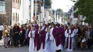 Pour commencer le rite pénitentiel, une procession a rejoint l'église de Saint-Étienne du Rouvray. (CHARLY TRIBALLEAU / AFP)