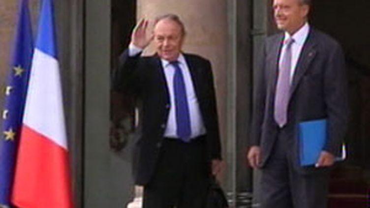 """Michel Rocard et Alain Juppé ont remis leur rapport de 128 pages intitulé """"investir pour l'avenir"""" à Nicolas Sarkozy. (F2)"""
