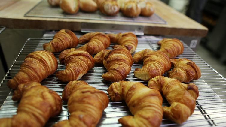 Des croissants à l'Institut national de la boulangerie-pâtisserie, à Rouen. (CHARLY TRIBALLEAU / AFP)