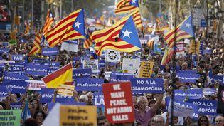 Des manifestants dans les rues de Barcelone, samedi 26 août 2017. (PAU BARRENA / AFP)
