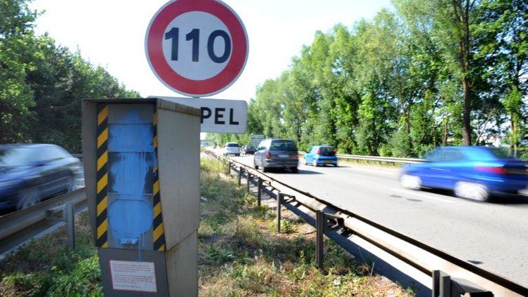 Un radar vandalisé sur l'autoroute A2 à Valenciennes (Nord), le 2 juin 2011. (FRANCOIS LO PRESTI / AFP)
