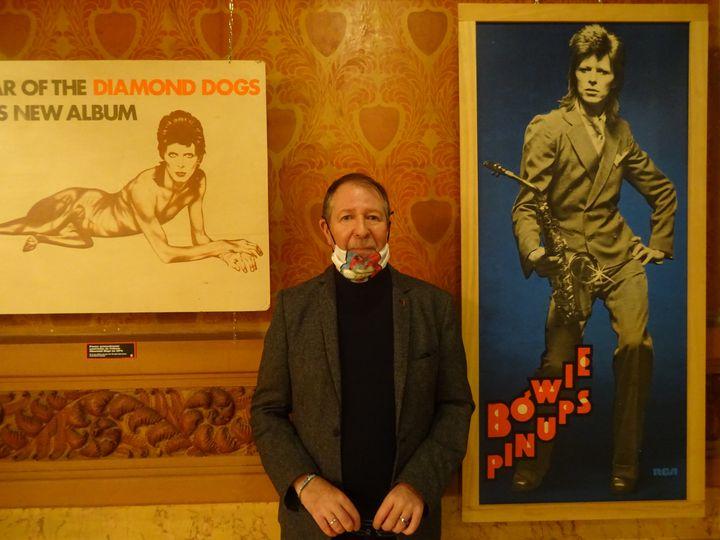 """Jean-Charles Gautier, collectionneur, dont les trésors sont exposés à l'exposition """"Bowie Odyssée"""" au Palace. (LAURE NARLIAN / FRANCE INFO CULTURE)"""