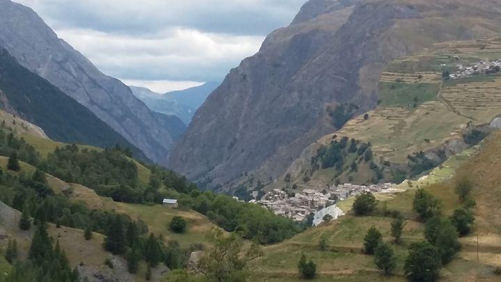(A la mi-juillet, les autorités locales ont évalué à 800.000 mètres cubes le volume des rocs en suspension. © France Info / Rémi Ink)