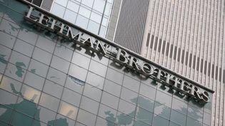 La façade de la banque Lehman Brothers à New York, en 2008, en pleine crise économique. (MICHAEL NAGLE / AFP)