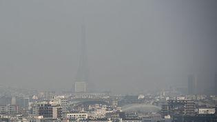 La tour Eiffel disparait dans la pollution à Paris, le 18 mars 2015. (FRANCK FIFE / AFP)