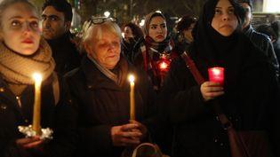 Des personnes rendent hommage aux victimes de l'attaque contre le marché de Noël de Berlin (Allemagne), le 20 décembre 2016. (ODD ANDERSEN / AFP)