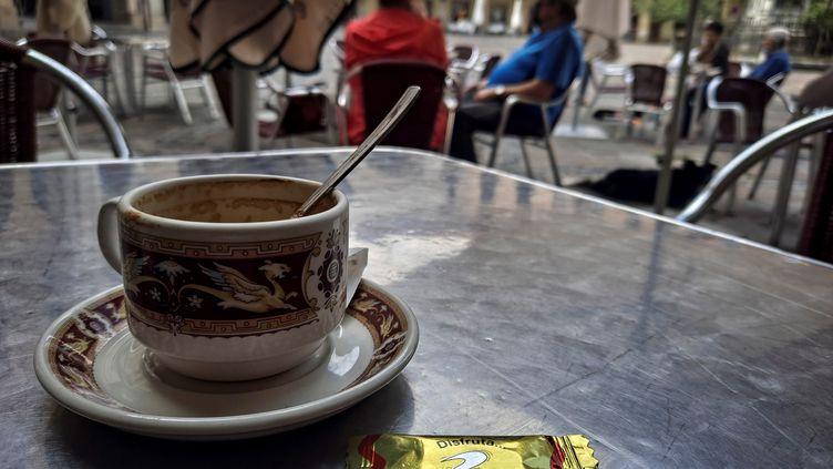 Le programme 1 000 cafés souhaite redynamiser les communes de moins de 3 500 habitantsen rouvrant des commerces de proximité sous forme de cafés multiservices. (JAVIER ETXEZARRETA / EFE)