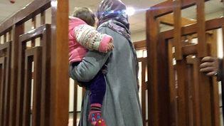 La Française Mélina Boughedir avec l'un de ses enfants dans les bras, lors de son procès à Bagdad, la capitale irakienne, le 19 février 2018. (AFP)