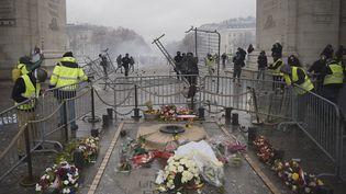 """Des barrières disposées autour de la tombe du soldat inconnu, sous l'Arc de triomphe, par des """"gilets jaunes"""", le 1er décembre 2018. (LUCAS BARIOULET / AFP)"""