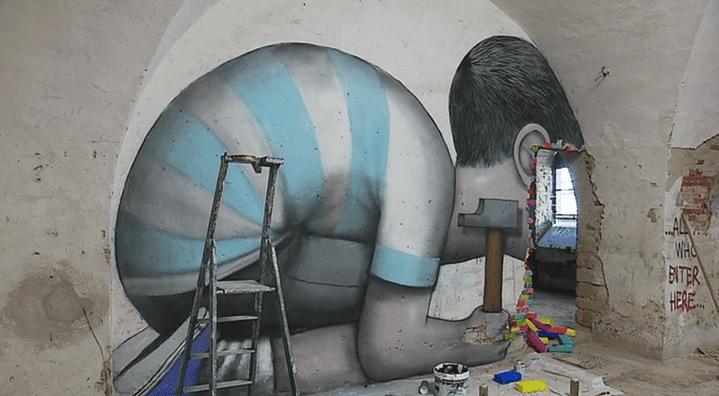 A Neuf-Brisach, les enfants du grapheur Seth font le mur.  (France 3 / Culturebox - capture d'écran)