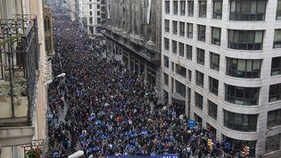 Cent soixante mille personnes ont manifesté à Barcelone (Espagne) pour l'accueil des migrants, le 18 février. (JOSEP LAGO / AFP)