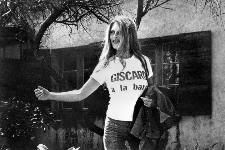 """L'actrice Brigitte Bardot pose avec un tee-shirt """"Giscard à la barre"""" lors de la campagne présidentielle, le 8 mai 1974. (AFP)"""
