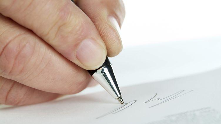 Une signature faite au stylo. (KLAUS OHLENSCHL?GER / PICTURE ALLIANCE)