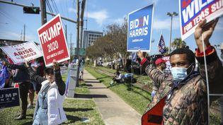 Des supporters de Donald Trump et de Joe Biden brandissent des pancartes affichant leur soutien à chaque candidat, à Houston (Texas), le 3 novembre 2020. (SANDY HUFFAKER / GETTY IMAGES NORTH AMERICA / AFP)