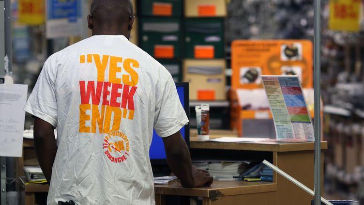"""Un employé du magasin de bricolage, Castorama, arbore un tee-shirt """"oui à l'ouverture le dimanche"""", le 6 octobre 2013, à Créteil (Val-de-Marne). (KENZO TRIBOUILLARD / AFP)"""