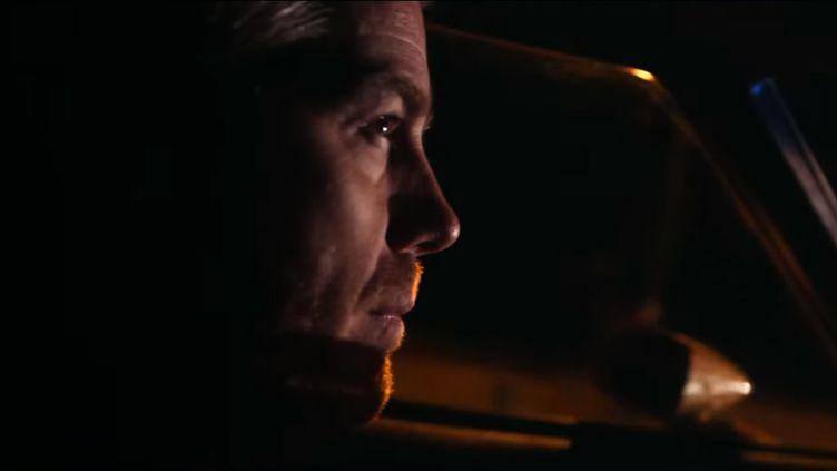 """Kyle Eastwood au volant d'une Ford Gran Torino dans la nuit parisienne, dans le clip de """"Gran Torino"""", le premier extrait de son album """"Cinematic"""" (sortie : 8 novembre 2019 chez Jazz Village / Pias) (Capture image YouTube)"""