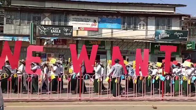 """VIDEO. En Birmanie, """"les jeunes se battent vraiment pour leur futur"""" explique Tom Andrews, rapporteur spécial de l'ONU"""