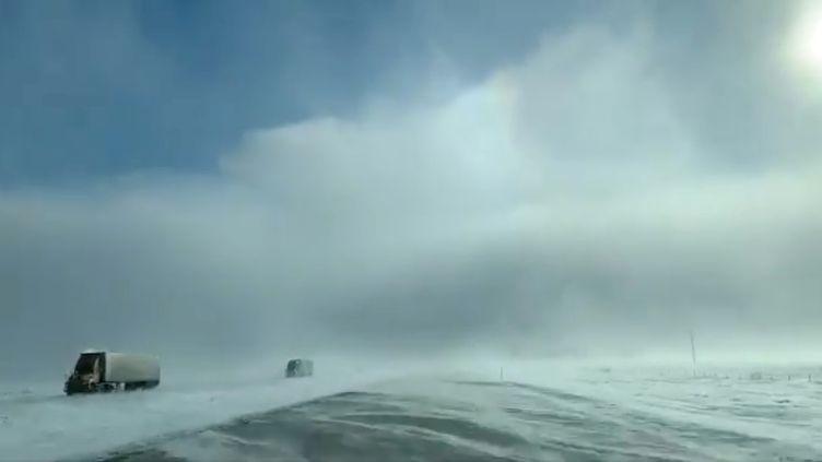 Des camions traversent la vague de froid près de Fargo, dans le Dakota du Nord (Etats-Unis), le 29 janvier 2019. (SOCIAL MEDIA / REUTERS)