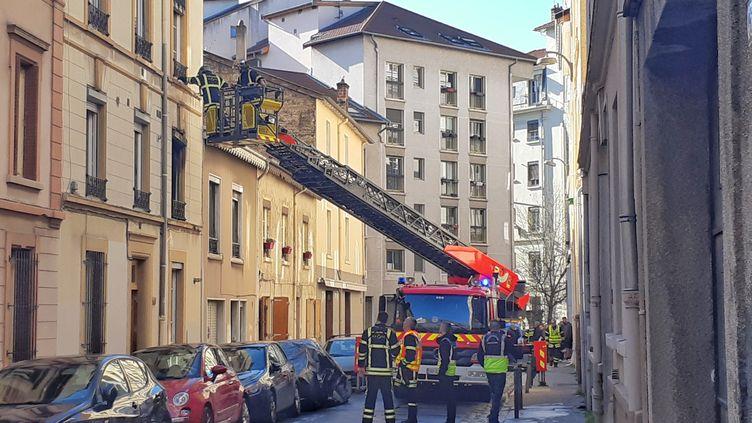 Les pompiers de Lyon en intervention rue Grillet, le 15 février 2020. (BENOIT ALMERAS / RADIO FRANCE)